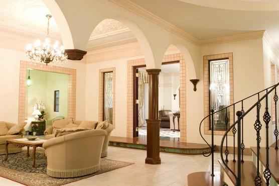 万俵家リビングと応接室の間仕切り壁に使用されている ビベルド・ステンドグラス(面取りステンドグラス)