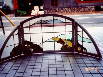 (3)旧家のステンドグラスを修理&アーチ型衝立にリメイク