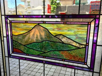 (94)大阪府吹田市K様邸① 山の風景フュージングガラス使用ステンドグラス ・窓やドアに多数設置