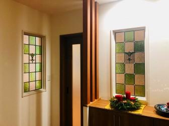 (105)兵庫県姫路市N様邸 はめ殺し窓セミオーダーTW-12・13・13(色ガラス変更)・リビング&玄関ホールに多数設置