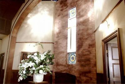 教会に使用 上品な色合いのステンドグラス