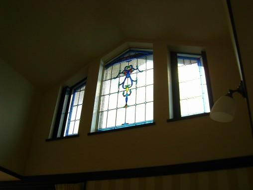 2Fリビングの吹き抜け窓 ブルーを基調としたエレガントなデザイン